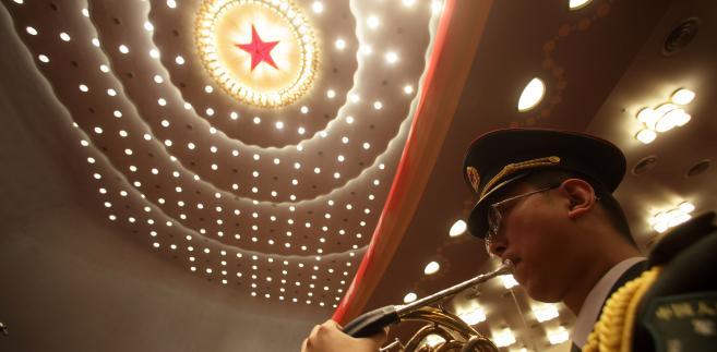 Członek orkiestry wojskowej na 18. Kongresie Komunistycznej Partii Chin