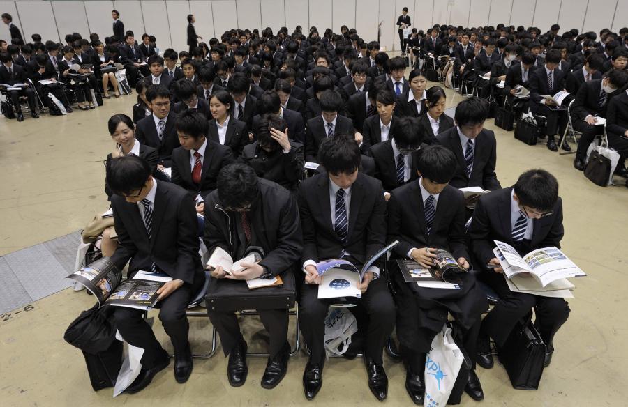 Japońscy studenci podczas targów pracy