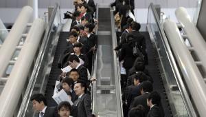 Japońscy studenci podczas targów pracy w Tokyo