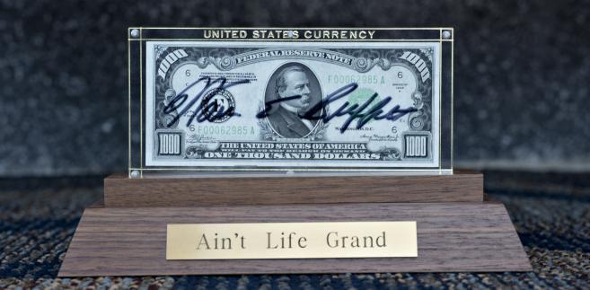 Banknot o nominale 100 dolarów z podpisem Warrena Buffetta