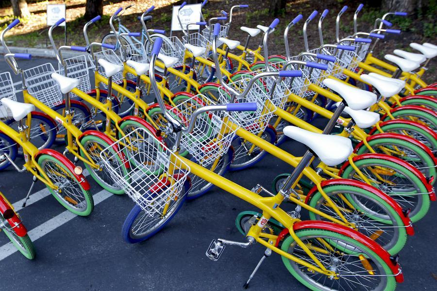 Rowery dla pracowników przed siedzibą Google