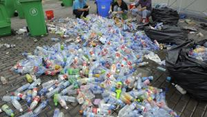 Chińscy robotnicy sortują zużyte plastikowe butelki. Zdj. imageshunter / Shutterstock.com