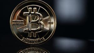 Moneta o wartości 25 bitcoinów. Wirtualna waluta została stworzona w 2009 roku przez anonimowego programistę lub grupę programistów o pseudonimie Satoshi Nakamoto. Całkowita podaż monet bitcoina została ustalona na 21 mln sztuk. Zamiast banku centralnego, zarządza nią komputerowy algorytm.  Fot. Tomohiro Ohsumi, Bloombergs Best Photos 2013.