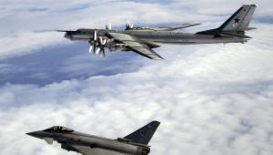 Myśliwiec Tu-95 eskortowany przez Tyhoon RAF , fot. Brytyjskie Ministerstwo Obrony