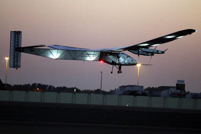 Testowy lot Solar Impulse 2 w Abu Dhabi w  Zjednoczonych Emiratach Arabskich
