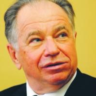 Jacek Kseń wieloletni prezes WBK, jeden z twórców nowoczesnej bankowości w Polsce. Wcześniej pracował w Banku Handlowym oraz we francuskich CIC Lyonnaise de Banque i Crédit Agricole. Od 2007 r. prowadzi własną firmę doradczą Marek Lapis/Forum