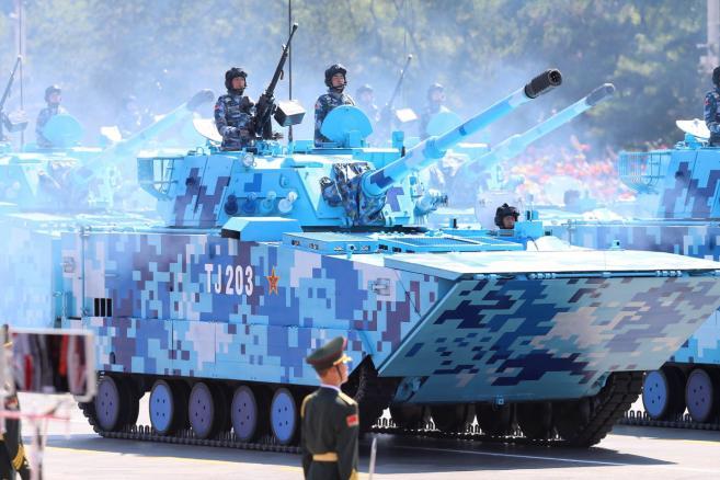 Parada wojskowa w Pekinie z okazji 70. rocznicy zakończenia II wojny światowej. Chińscy żołnierze na bojowych pojazdach opancerzonych Fot. EPA/WU HONG