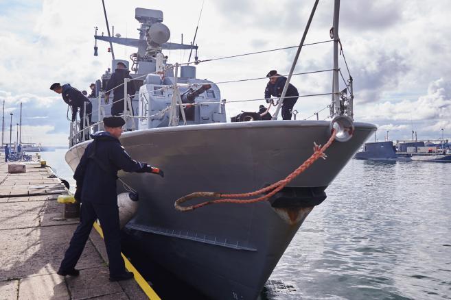 """Okręt ORP """"Grom"""" wychodzi w morze na międzynarodowe ćwiczenia """"Northern Coasts 2015"""" – fot. (aw/zuz) PAP/Adam Warżawa"""