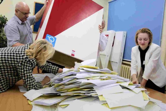 Liczenie głosów w obwodowej komisji wyborczej numer 49 w Olsztynie, po zakończeniu głosowania w wyborach parlamentarnych, 25 bm. (zuz) PAP/Tomasz Waszczuk