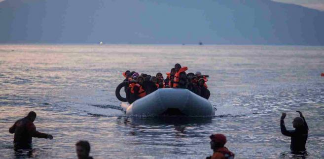 Imigranci dopływają pontonem z Turcji na grecką wyspę Lesbos  EPA/KAY NIETFELD Dostawca: PAP/EPA.