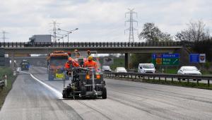 Autostrada A4. Wykonawca maluje pasy ruchu