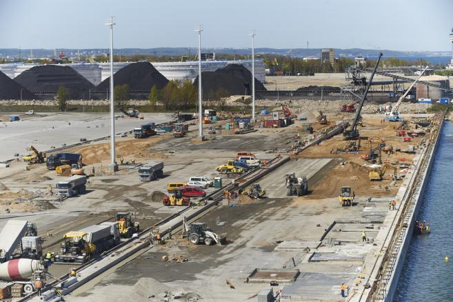 Budowa terminalu kontenerowego w DCT Gdańsku. fot.  (cat) PAP/Dominik Kulaszewicz