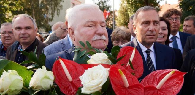 Lech Wałęsa składa kwiaty przed Pomnikiem Poległych Stoczniowców w Gdańsku.