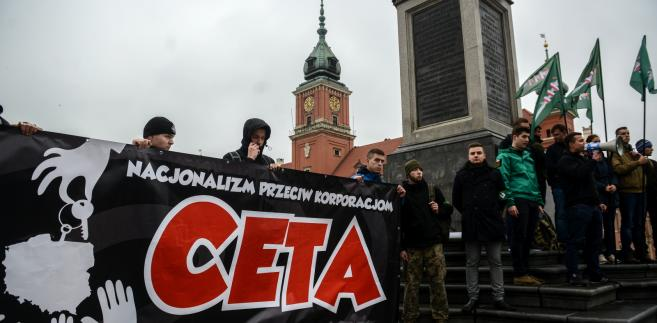 """Protest pod hasłem """"CETA precz!"""" zorgnizowany przez Młodzież Wszechpolską na Placu Zamkowym w Warszawie"""