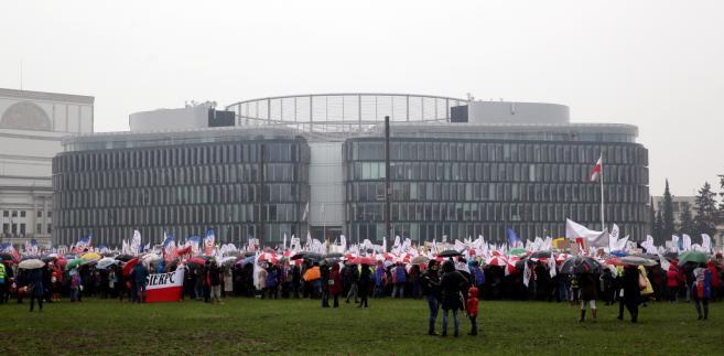 """Uczestnicy ogólnopolskiej manifestacji """"Nie dla chaosu w szkole"""""""