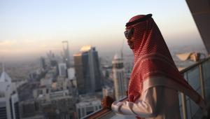 Pracownik jednej z firm na tarasie widokowym na 32. piętrze wieżowca Al Faisaliah Tower w Rijadzie, Arabia Saudyjska, 1.12.2016