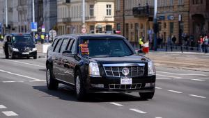 Kolumna samochodów z prezydentem Stanów Zjednoczonych Donaldem Trumpem w drodze na warszawskie lotnisko