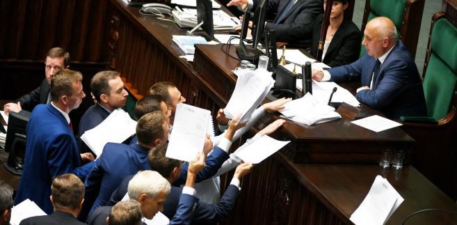 Posłowie opozycji skladają poprawki do ustawy o SN