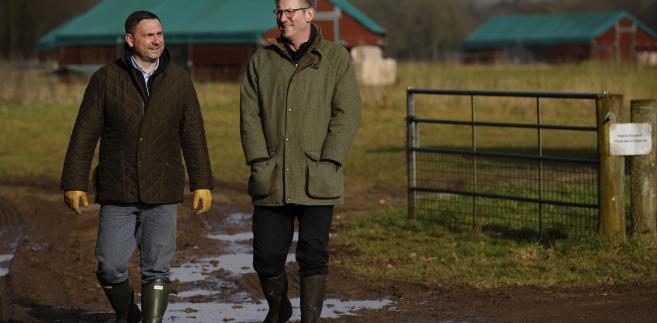 Mark Gorton (po prawej), właściciel fermy Traditional Norfolk Poultry Ltd. oraz Grzegorz Migut (po lewej), jeden z menedżerów. 3.02.2017, Shropham, Wielka Brytania
