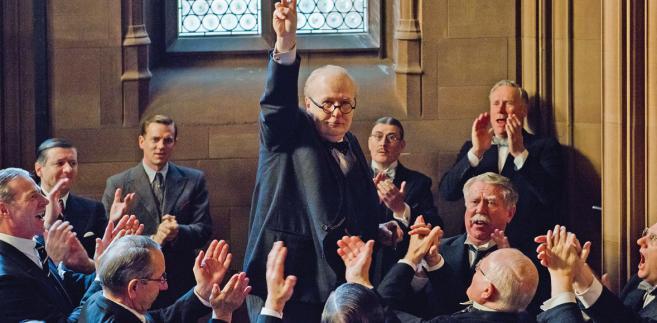 """""""Czas mroku"""" w reżyserii Joego Wrighta już na ekranach kin. W środku Gary Oldman w roli Winstona Churchilla fot. Jack English/Focus Features/UIP"""