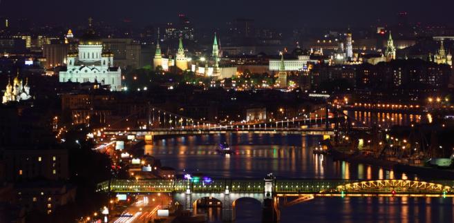 Widok na starszą część Moskwy - na pierwszym planie mosty: Puszkiński oraz Krymski, daleko w tle widać Kreml, siedzibę rosyjskich władz.
