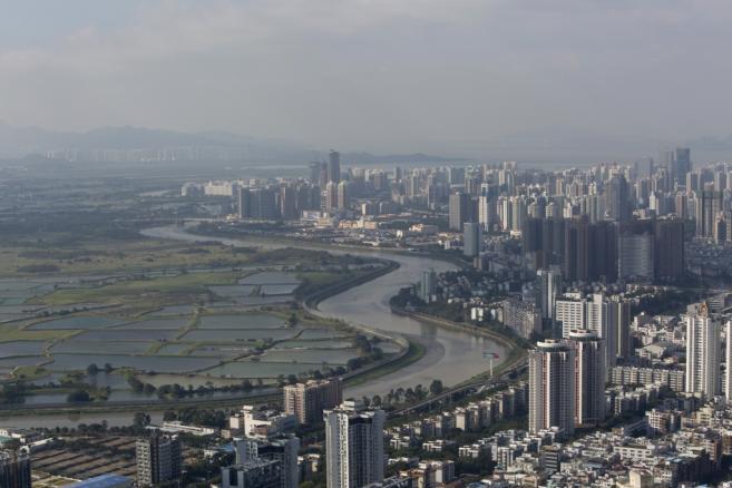 Shenzhen. Po prawej stronie widzimy budynki leżące dzielnicy Luohu, sąsiadujące przez rzekę o nazwie Shenzen z obszarami uprawnymi należącymi do Hong Kongu.