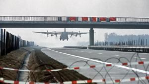 Transportowy C-130 Hercules podczas ćwiczeń NATO ląduje na autostradzie A29 nidaleko miasta Ahlhorn w Dolnej Saksonii