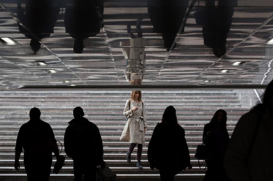 Kobieta w Moskwie sprawdza telefon komórkowy, 13.09.2013