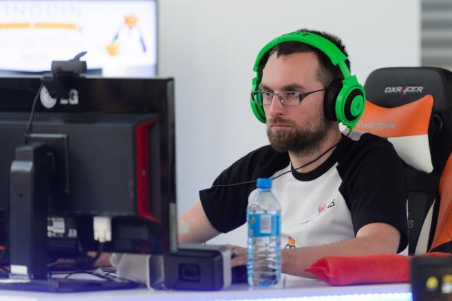"""Hubert """"Gordon"""" Blejch (na zdj.) rozpoczął próbę pobicia rekordu Guinnessa w najdłuższym graniu w grę komputerową. Do pobicia ma 135 godzin 15 minut i 10 sekund. Na terenie Międzynarodowych Targów Poznańskich rozpoczęła się, 24 bm. najważniejsza impreza dla graczy komputerowych, Poznań Game Arena 2014. (jk/cat) PAP/Jakub Kaczmarczyk"""