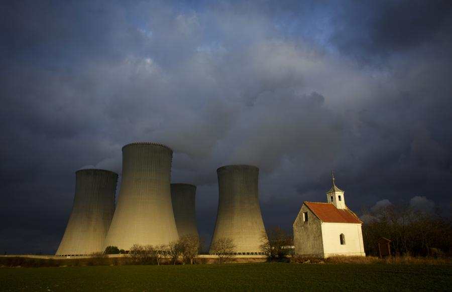 Elektrownia jądrowa Dukovany w Czechach, należąca do koncernu CEZ. Wielkie kominy kontrastują z małą kapliczką zlokalizowaną w pobliżu elektrowni.