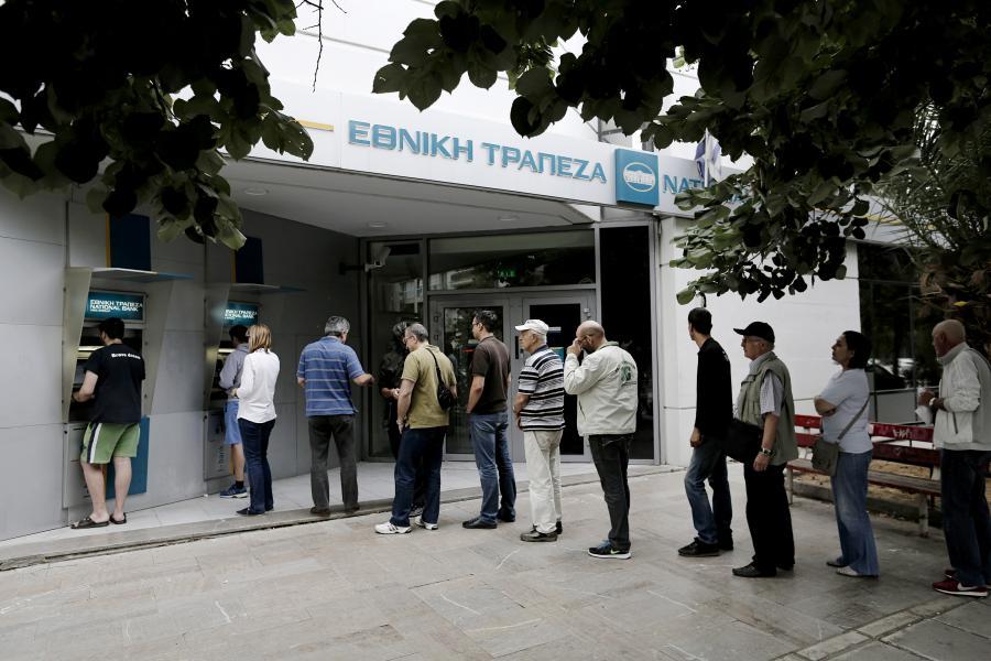 Sobota 27 czerwca 2015, kolejka przed greckim bankomatem należącym do National Bank of Greece