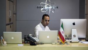 Pracownik sklepu z elektroniką w Teheranie, Iran. 25.08.2015
