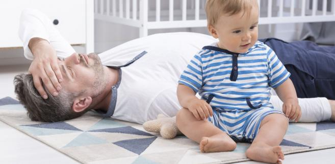Pracujący ojciec, który wychowuje dziecko, jest uprawniony do skorzystania z urlopu ojcowskiego.
