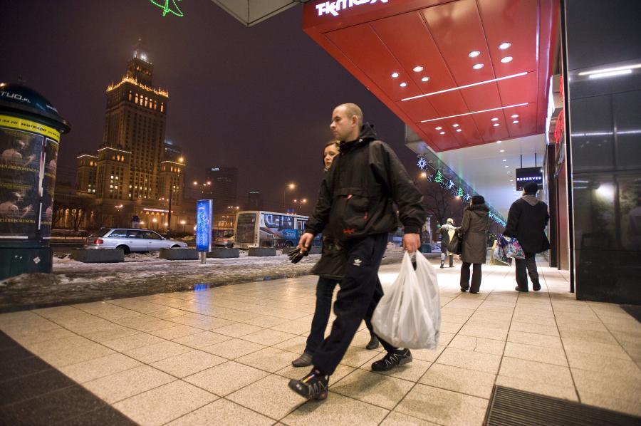 Warszawiacy przechodzą obok sklepu TK Maxx