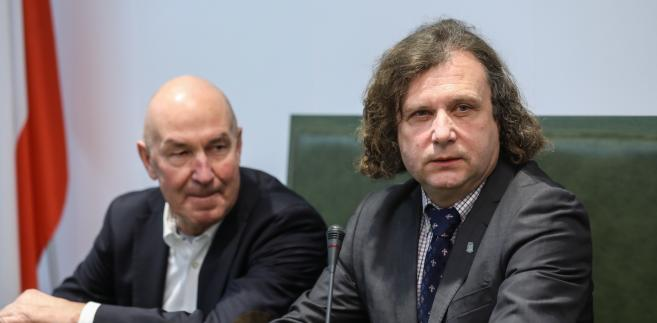 Oskarżeni prezydent Sopotu Jacek Karnowski i diler samochodowy Włodzimierz Groblewski  na sali rozpraw Sądu Najwyższego w Warszawie.
