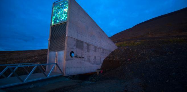 Wejście do Globalnego Banku Nasion, Svalbard, Norwegia. Autor zdjęcia: Riccardo Gangale, licencja CC BY-ND 4.0, źródło: https://www.flickr.com/photos/landbruks-_og_matdepartementet/sets/72157623004641656