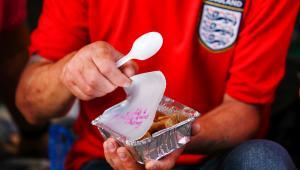 Mężczyzna otwiera posiłek, który dostał od organizacji charytatywnej Friends of Essex & London Homeless