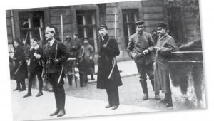 Warta studentów w Warszawie. Obok stoi dwóch rozbrojonych niemieckich żołnierzy, listopad 1918 r. fot. NAC