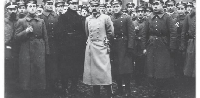 Naczelnik Państwa Józef Piłsudski z żołnierzami Legii Akademickiej, Warszawa, listopad 1918 r.