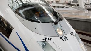 Chińskie szybkie pociągi CRH relacji Szanghaj-Pekin - pociąg stoi na stacji w Pekinie