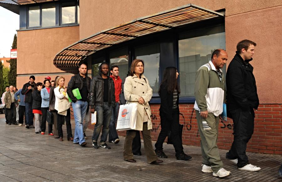 Kolejka bezrobotnych do urzędu pracy