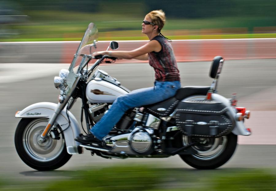 Kobieta jedzie na swoim Harleyu