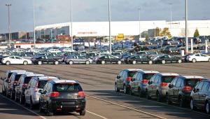 Samochody na parkingu zakładów produkcyjnych PSA  Peugeot Citroen w Rennes, Francja. Fot. Bloomberg