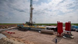 Wydobycie gazu i ropy z łupków obok Encinal, Webb County, w stanie Teksas w USA.