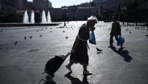 Przechodnie na placu z fontannami w Atenach