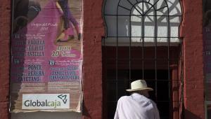 Hiszpania, mężczyzna kupuje bilety na corridę